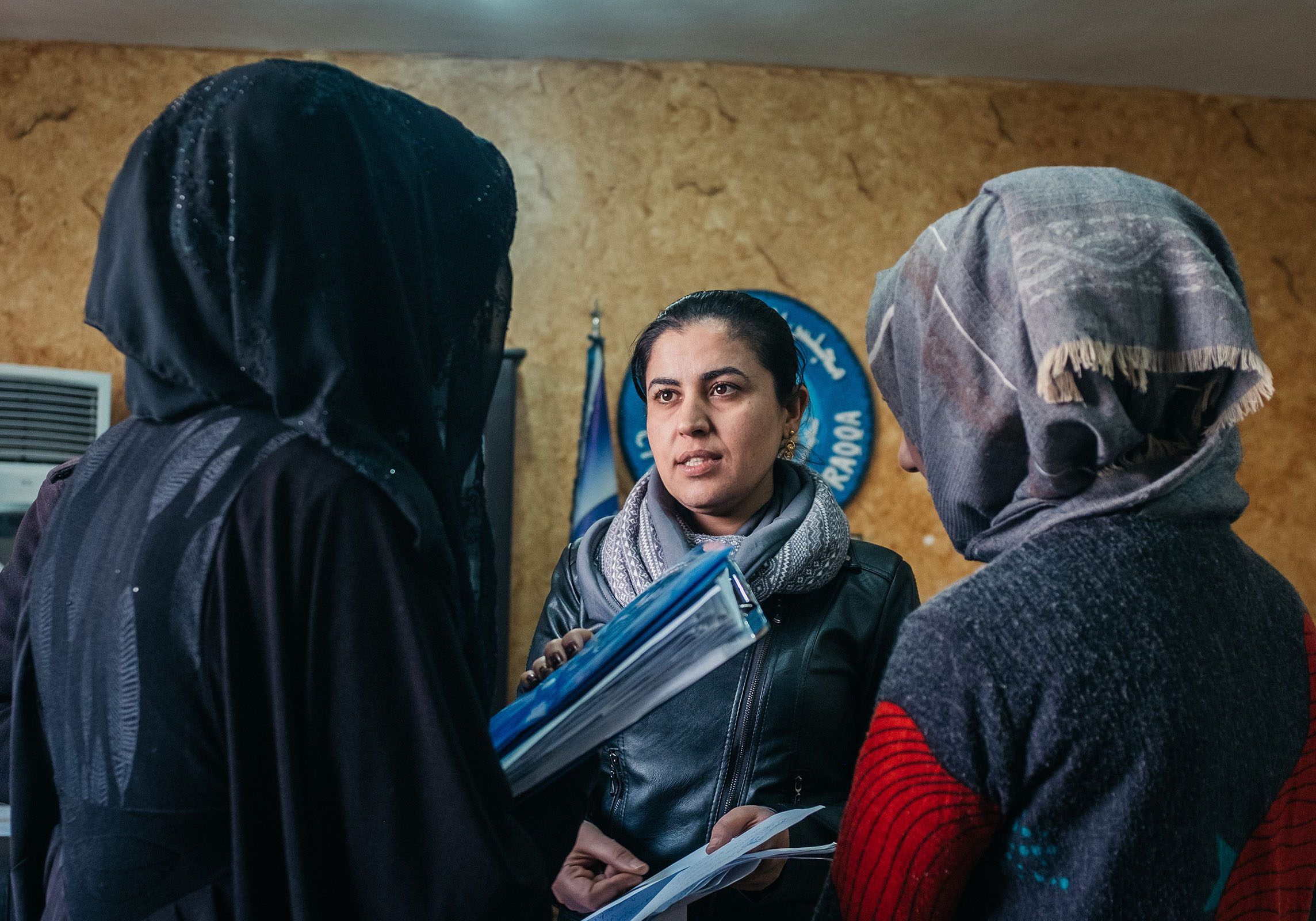23 février 2019 : Leila MUSTAPHA quitte la conférence de presse au Conseil civil de Raqqa pour annoncer le lancement de la deuxième phase de travaux d'un grand projet de réhabilitation de la voirie, en présence de nombreux dignitaires locaux.  Raqqa. Syrie.